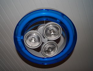 Luminaire : Cette suspension SLV est éclairée par des spots iodure métallique et un néon dont le contour ici en bleu est modulable afin de pouvoir choisir sa couleur.