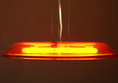 Luminaire : Cette suspension en verre est éclairée par un néon et il existe plusieurs coloris suivant l'ambiance de votre intérieur.