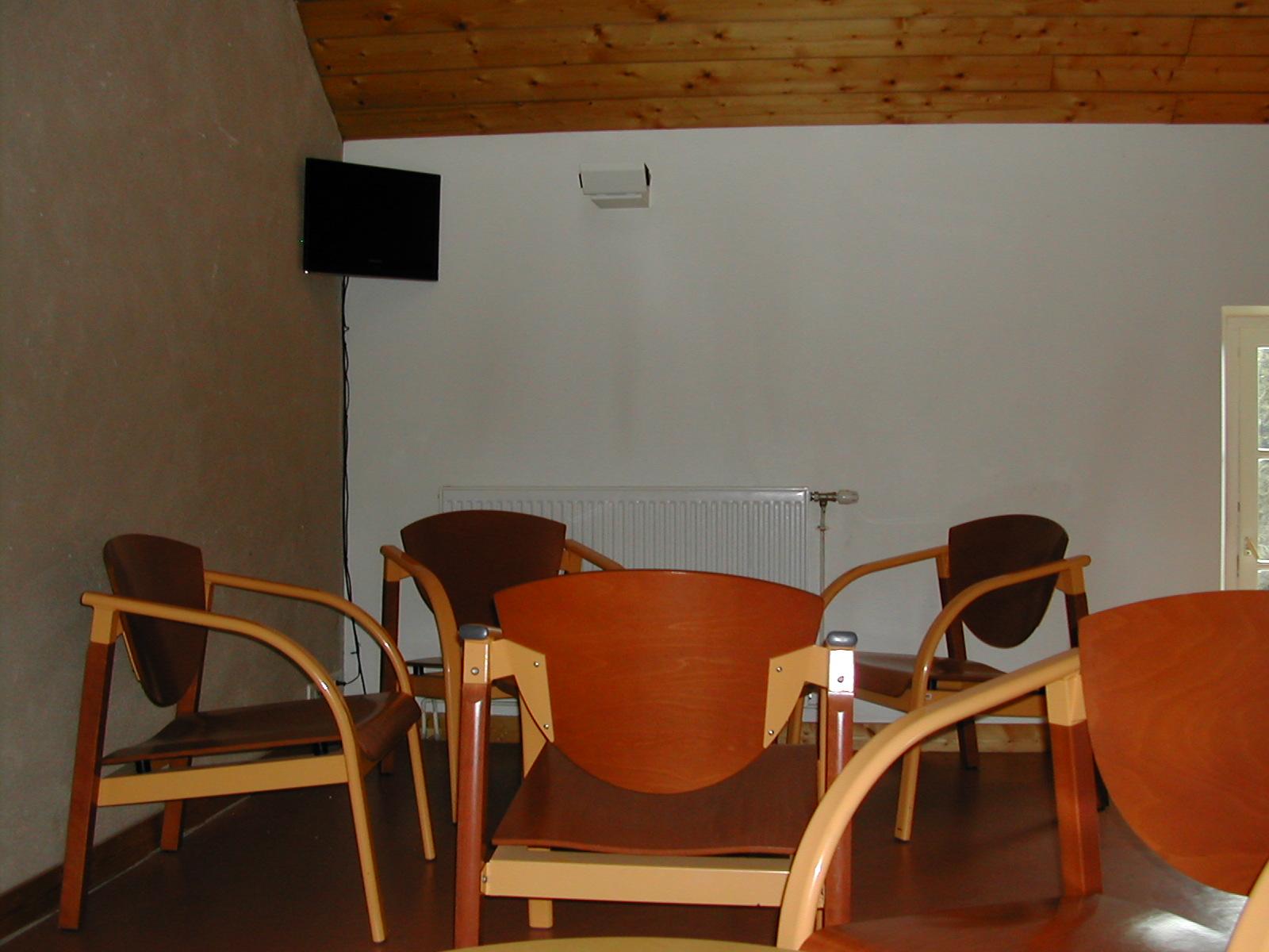 Un salon en mezzanine surplombant la salle à manger.