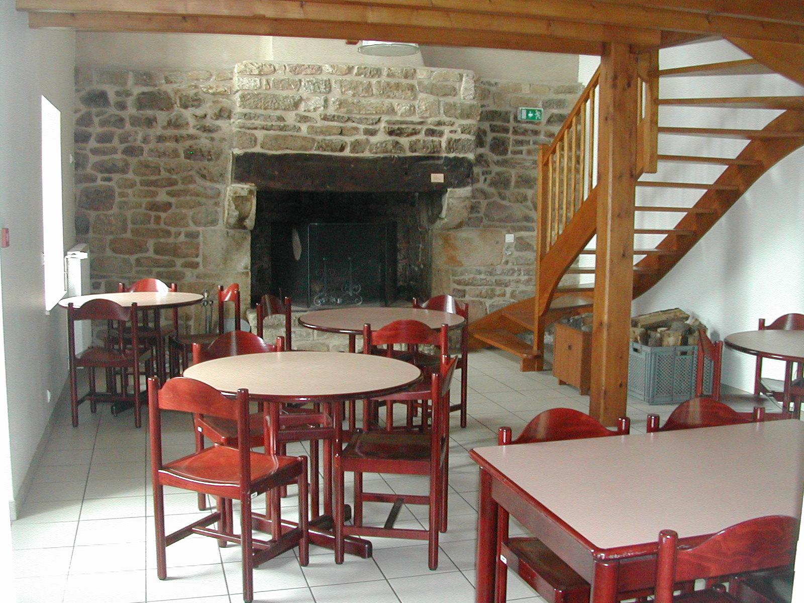 Une salle spacieuse et agrémentée d'une cheminée pour les repas .