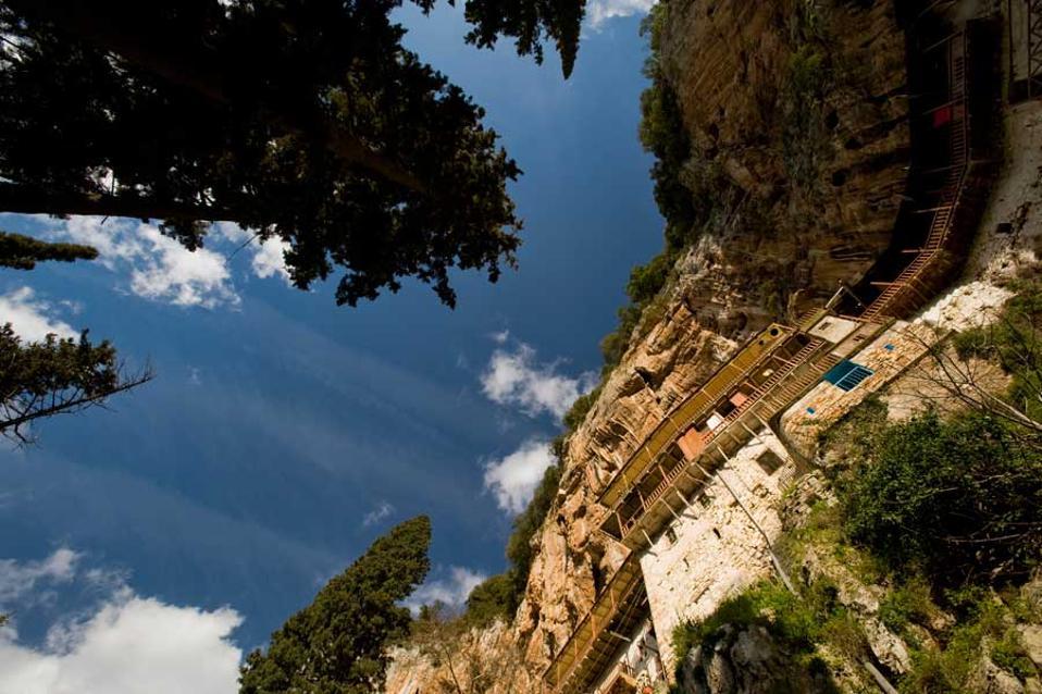 Vue en contre plongée du monastère de Prodromos