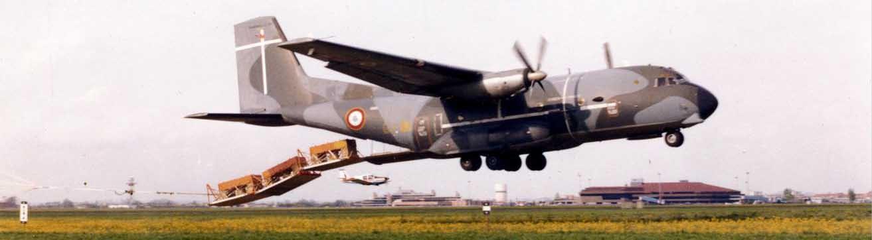 Largage TFH (Très Faible Hauteur) depuis un C160 sur le terrain de Blagnac. Au fond, on aperçoit l'avion suiveur du CAP permettant de filmer l'expérience.