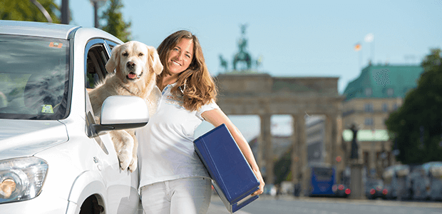 Mobile Tierärztin mit Fahrzeug und Patienten