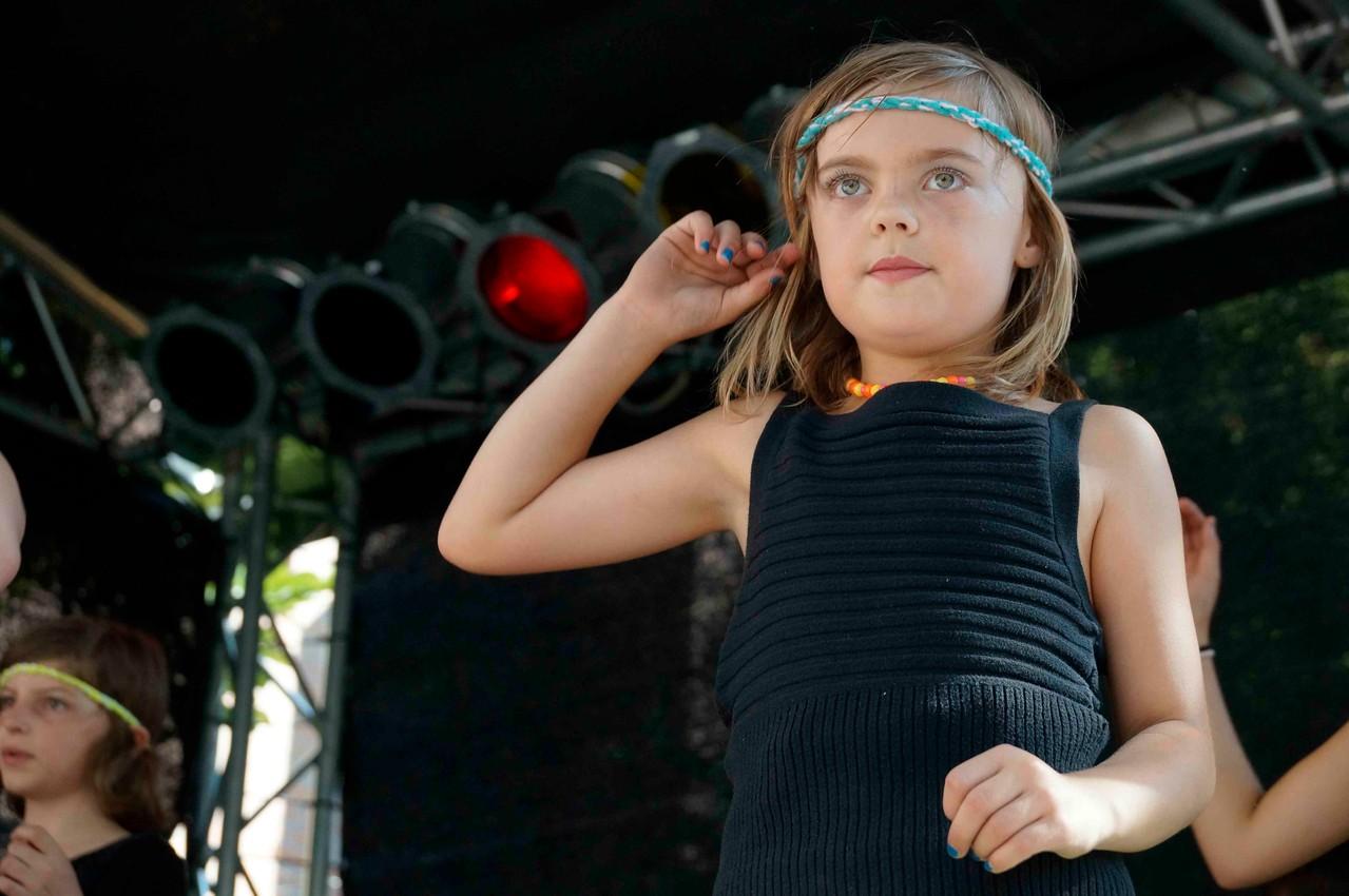 Lena liebt es zu tanzen - sie ist dann immer völlig drin