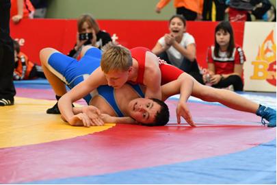 Adrian Mair (Rot) schultert seinen Gegner