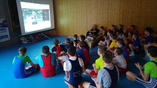 Der ÖRSV Nachwuchs schaute gespannt die Kämpfe der Vorbilder des Nationalteams bei der EM in Riga
