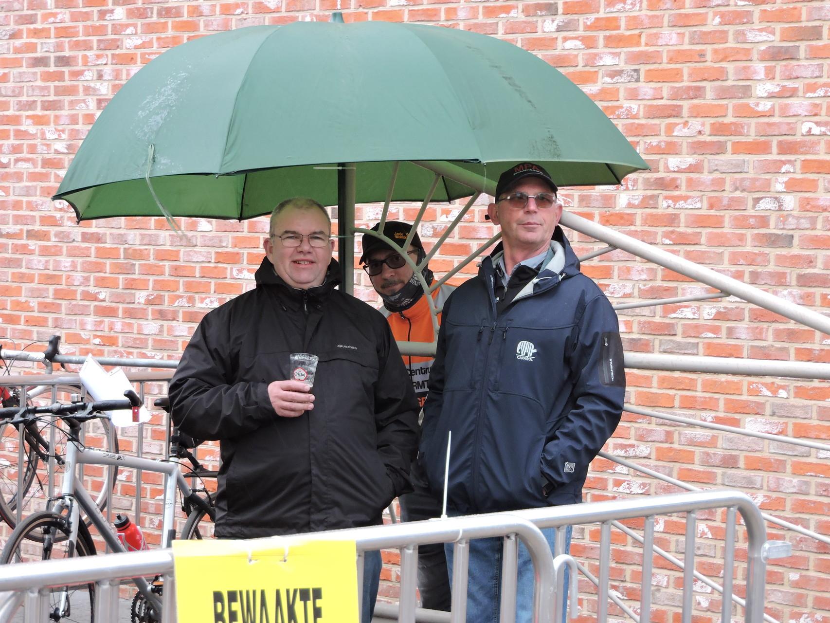 de drie bewakers van de fietsen stalling ronny,danny,francie