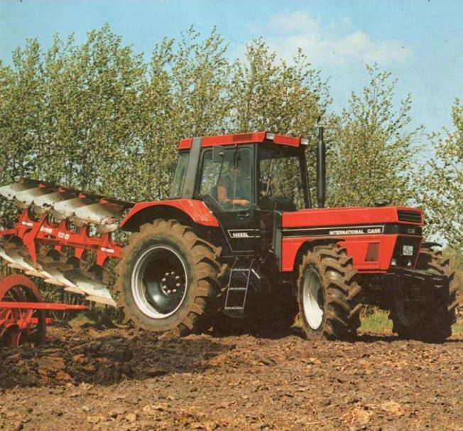 Case IH 1455 XL Traktor mit Pflug