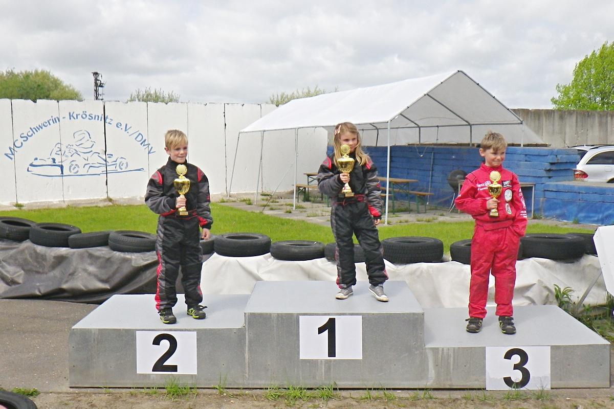Siegerehrung in Klasse 1: Platz 1 - 3 für den MSC Land Hadeln - Lena Altmann, Lars von Holt und Luca Hadeler