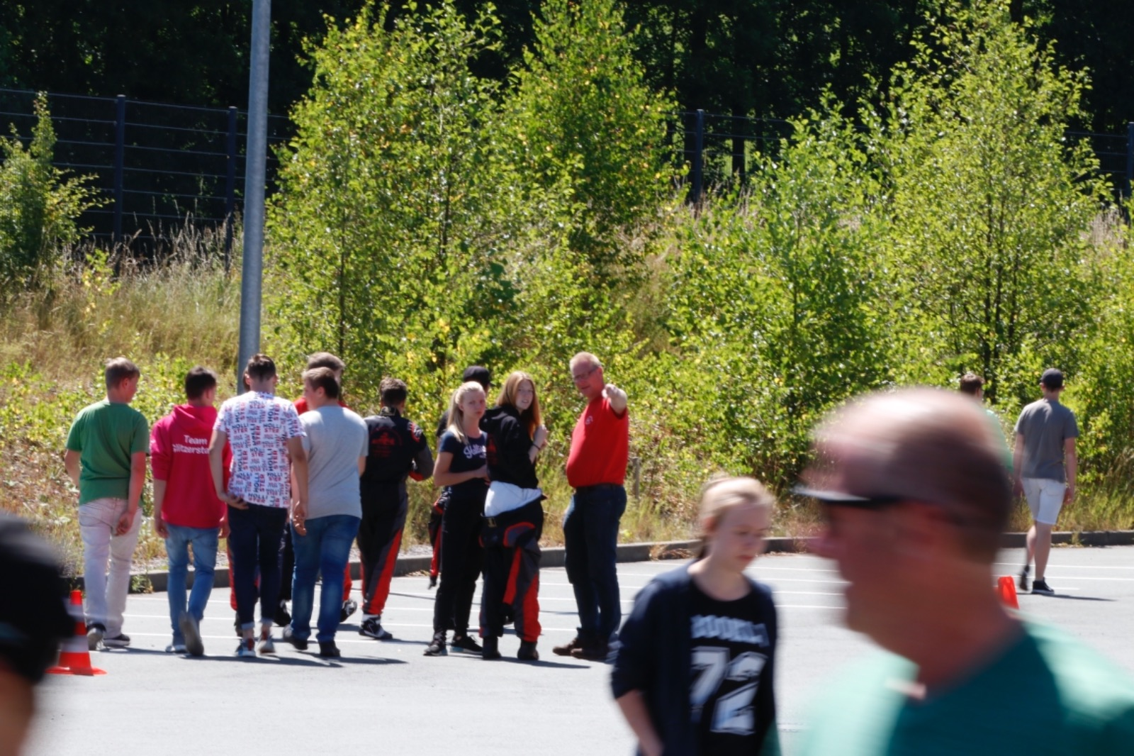 Beim Ablaufen zeigt Sascha Schlüer Janica Schlüer und Alicia Föge einen Teil der Strecke... oder doch eher die Kamera..?