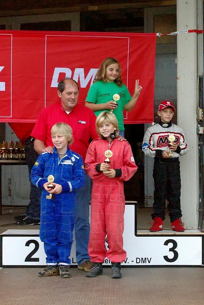 Siegerehrung in Klasse 1: Es gewann Julia Czipka (MSF Zotzenbach). 2. wurde Can Böhm (nicht im Bild) und 3. Maximilian Kern, beide BMC Hockenheim. Vorne v. li. 5. Tim Schürmann und 4. David Anderson, MSC Land Hadeln.