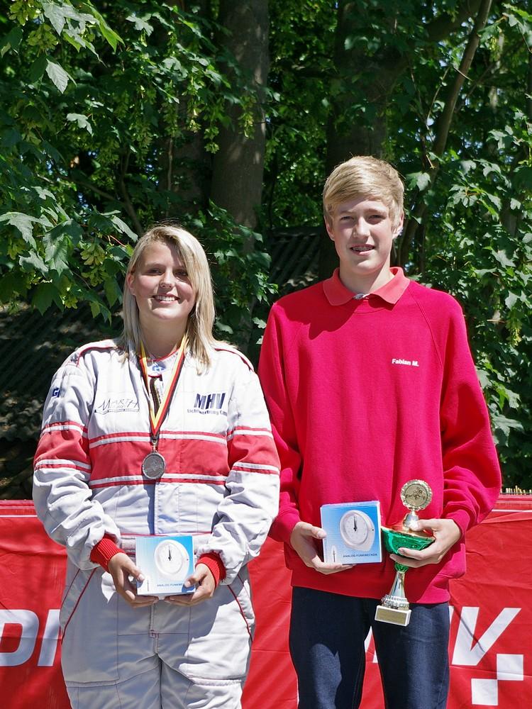"""Die schnellsten Kart-Slalom-Fahrer des Tages wurden extra ausgezeichnet: Bei den Mädchen hieß die Siegerin Larissa Kay (MC Schwerin Krösnitz) und bei den Jungen war Hadelns Fabian Meyer schnellster """"Pilot"""""""