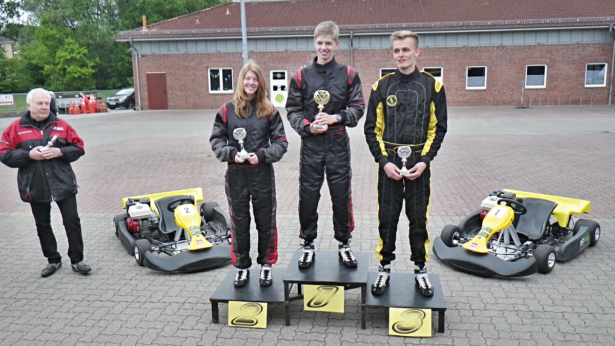 Siegerehrung in Klasse 5: Nico Föge stand diesmal ganz oben, gefolgt von Janica Schlüer (beide MSC Land Hadeln) und Vincent Villmann vom Veranstalter BSC Aukrug