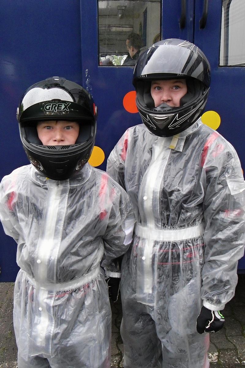 Tjark und Janica Schlüer in Regenanzügen