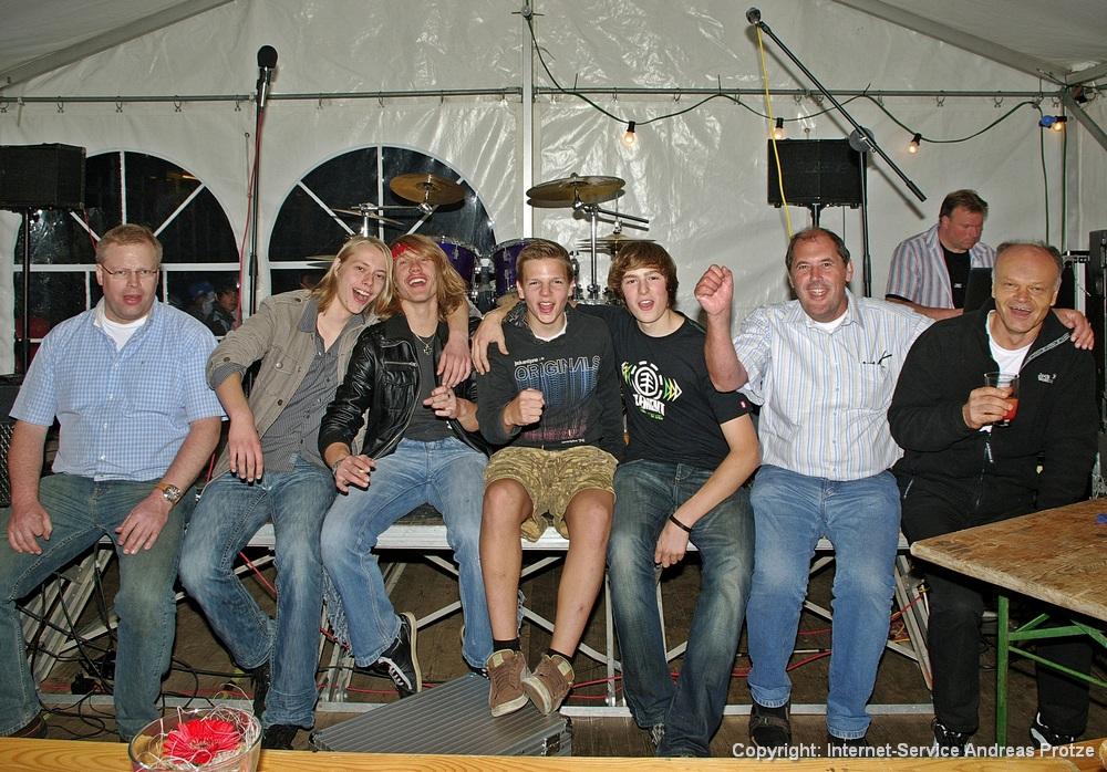 Gruppenfoto der Band Axid Rain, v.li. Bernd Hunger, Niklas Rohde (Gitarre), Yannick Mense (Gitarre & Gesang), Niklas Läsche (Schlagzeug), Matthias König (Bass), Ralf Lehmann und Karl Herud vom AJT Halver.