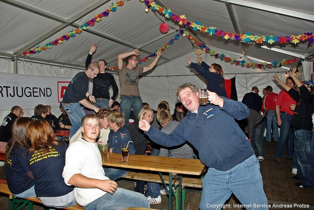 Für die ältere Jugend gab es anschließend Stimmungsmusik von DJ Andreas, die auch sehr gut ankam, wie man sieht.