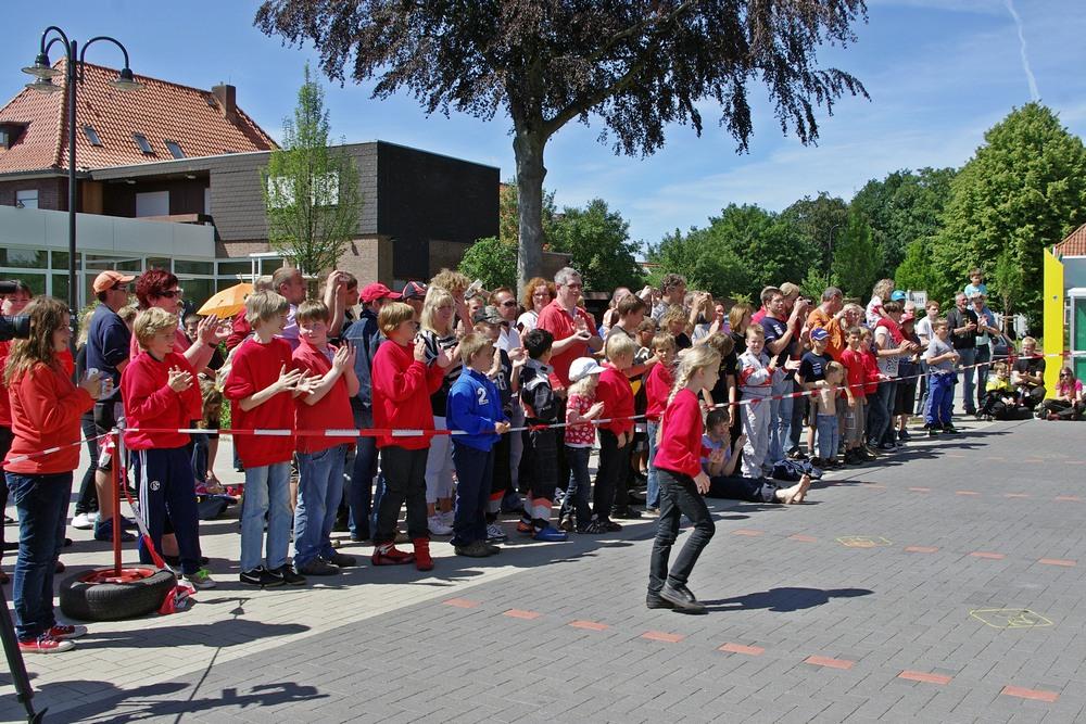 """Alicia Föge (8) auf dem Weg zur Siegerehrung in Klasse 1. Viele Zuschauer und auch das lokale Fernsehen """"heimatLIVE"""" waren mit dabei"""