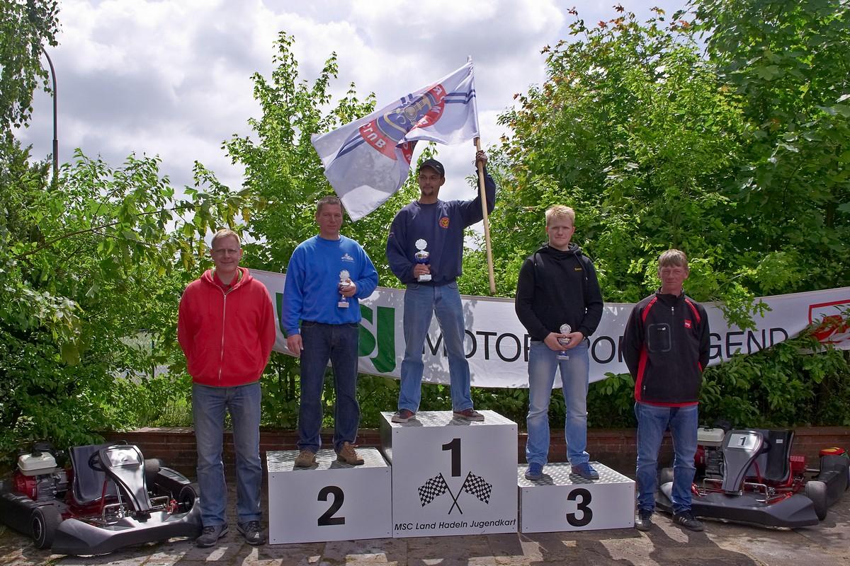 In Klasse 7 (Betreuer) konnte Daniel Hutsky die Flagge für seinen MSC Berlin ganz oben auf dem Siegerpodest schwingen. Li. neben ihm Steffen Schulz (MC Oranienburg), Dritter wurde Swen Paulin (BSC Aukrug)