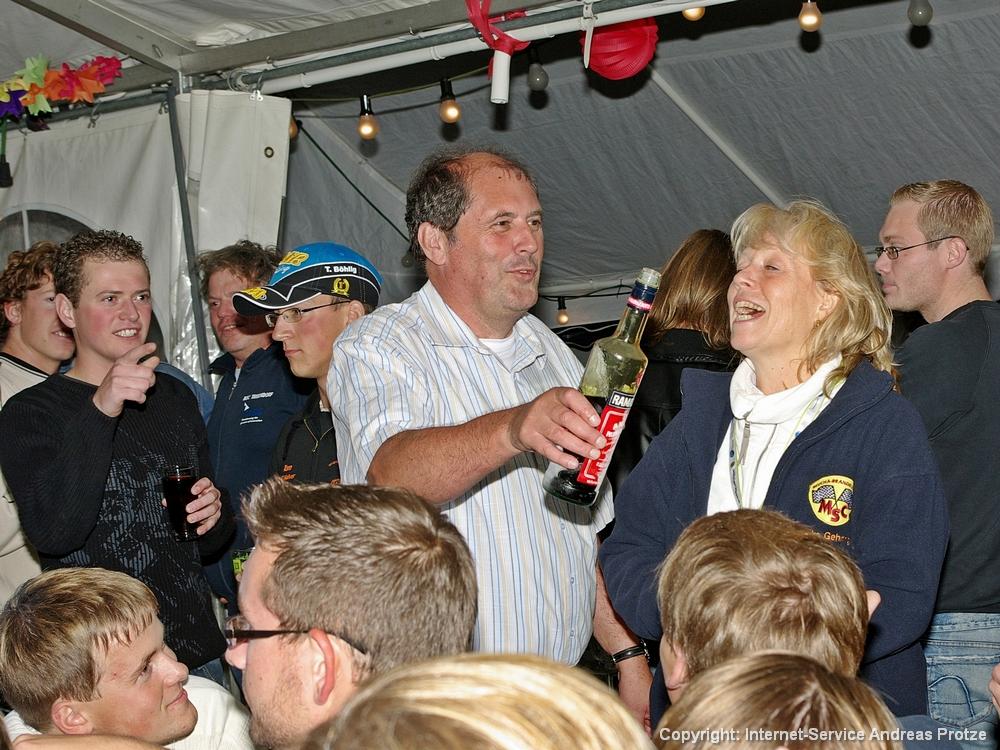Bei der Endlaufparty im Zelt wurde schon mal ein wenig vorgefeiert, wobei MSC-Vorsitzender Ralf Lehmann die Gäste persönlich bewirtete.