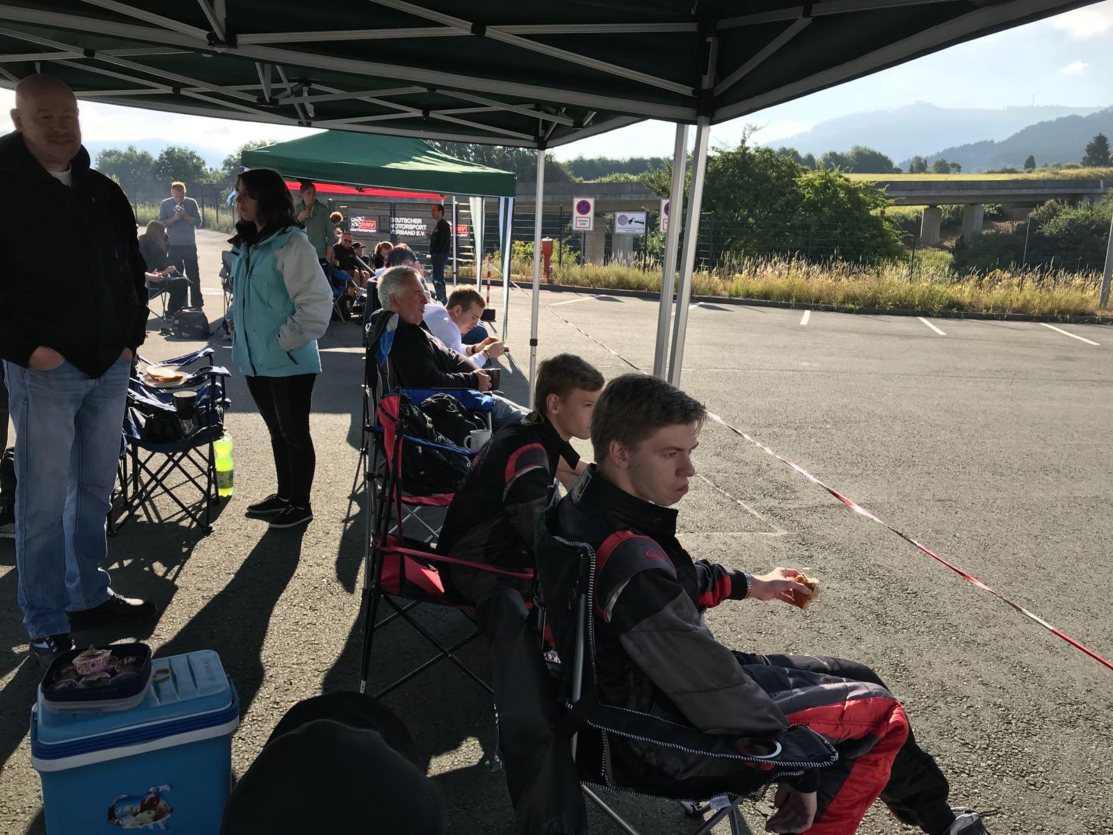 In ihren Stühlen sitzen Nico Föge und Michel Boje und beobachten das Rennen