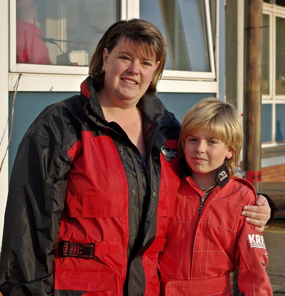 David Anderson (9) vom Ausrichter MSC Land Hadeln, hier mit seiner Mutter, kam auf Platz vier und erreichte damit die beste Platzierung für seinen Club.