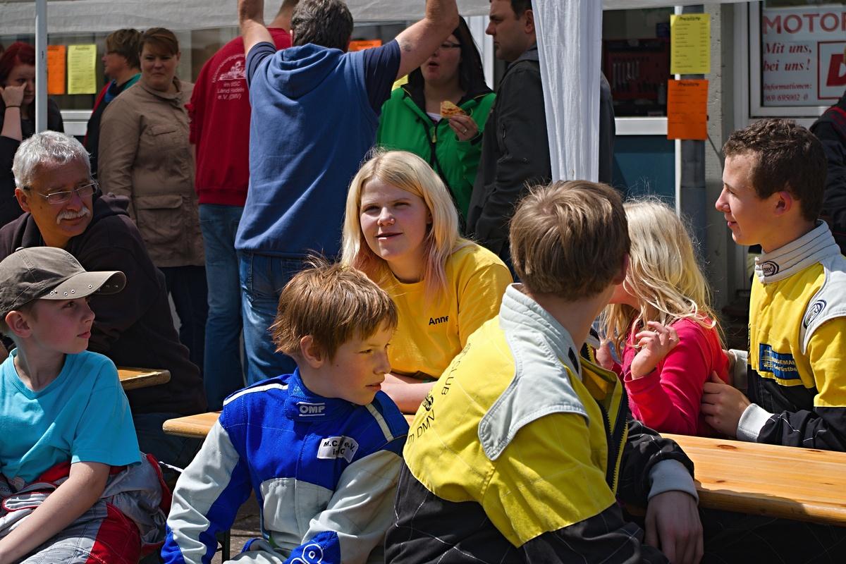 Alle Blicke richten sich auf Anne Paulin (Mitte) vom BSC Aukrug, die ihr letztes Rennen in der Jugendklasse fuhr und mit herzlichen Worten verabschiedet wurde