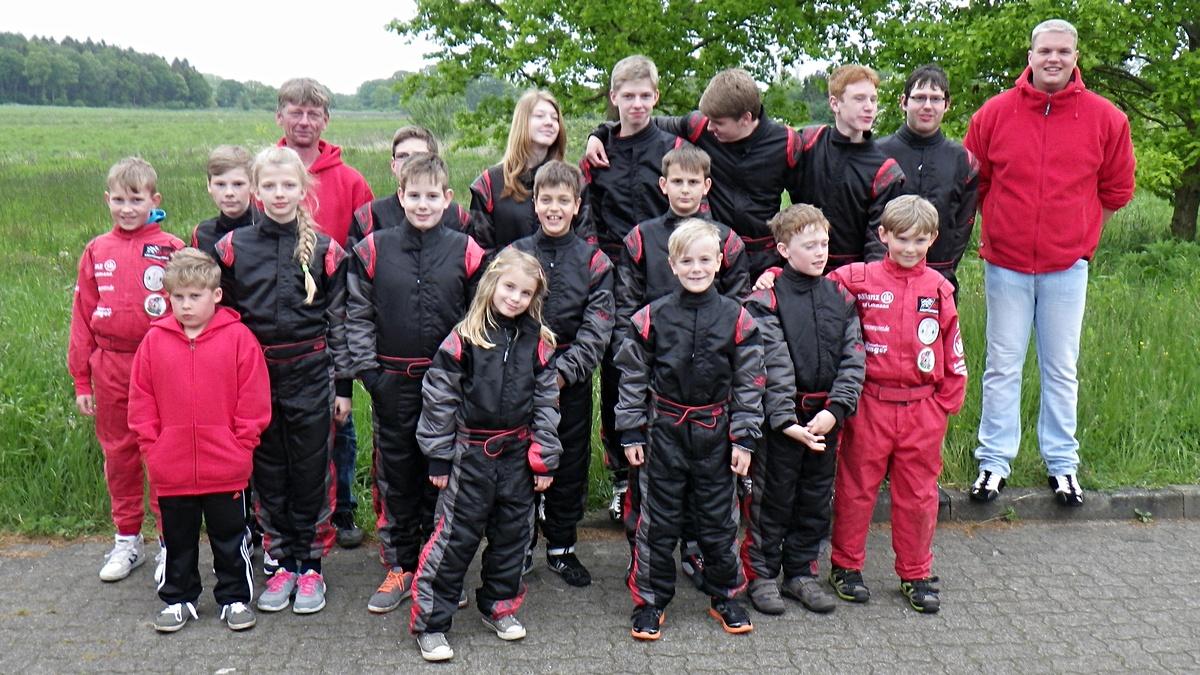 Gruppenfoto aller Hadler Fahrer mit Trainer Oscar Föge (hinten li. im roten Pullover)