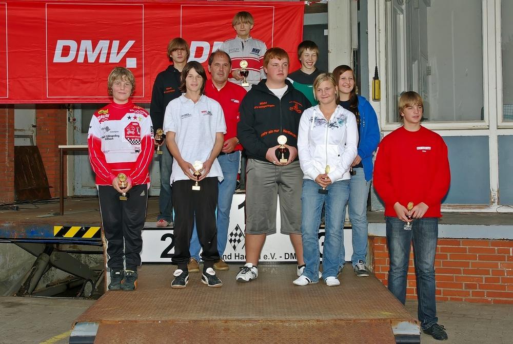 Sieger in Klasse Klasse 4 wurde ein Norddeutscher Fahrer, Calvin Schlaak vom MC Schwerin Krösnitz (stehend oben) gefolgt von Kevin Kälberer (TGM ACV/HWRT) und Marcel Rose (MSC Vohburg).