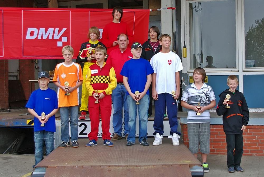 Klasse 3 wurde von Marcel Steeb (MSC Kochersteinsfeld, oben stehend) gewonnen. 2. Patrick Wieprich (MSC Pfaffenhofen) und 3. Benedikt Kempf (MSC Großheubach).