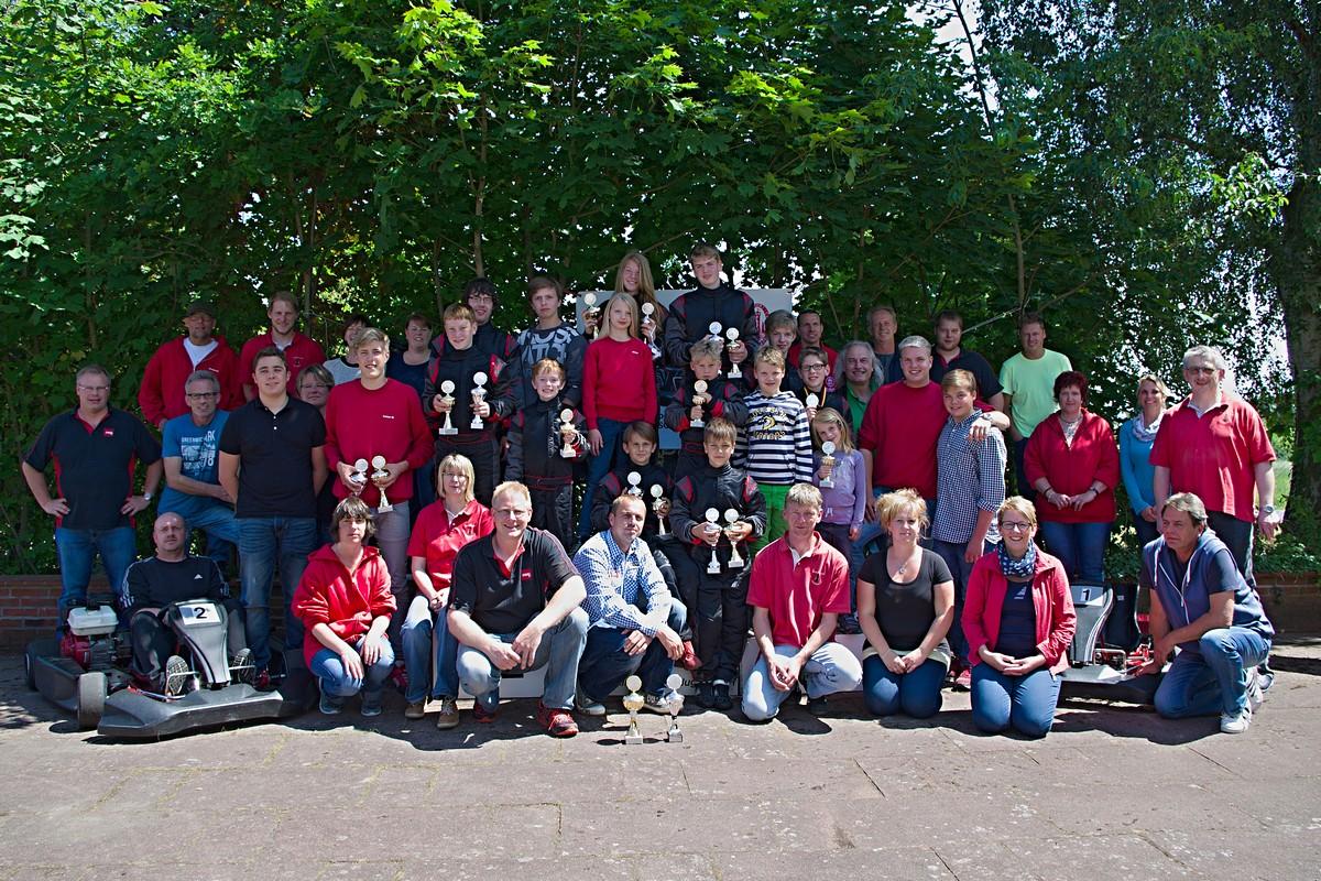 Die Hadler Rennsportfamilie nach dem 6. Vorlauf in Cadenberge mit Fahrern, Trainern, Funktionären, Helfern und Eltern
