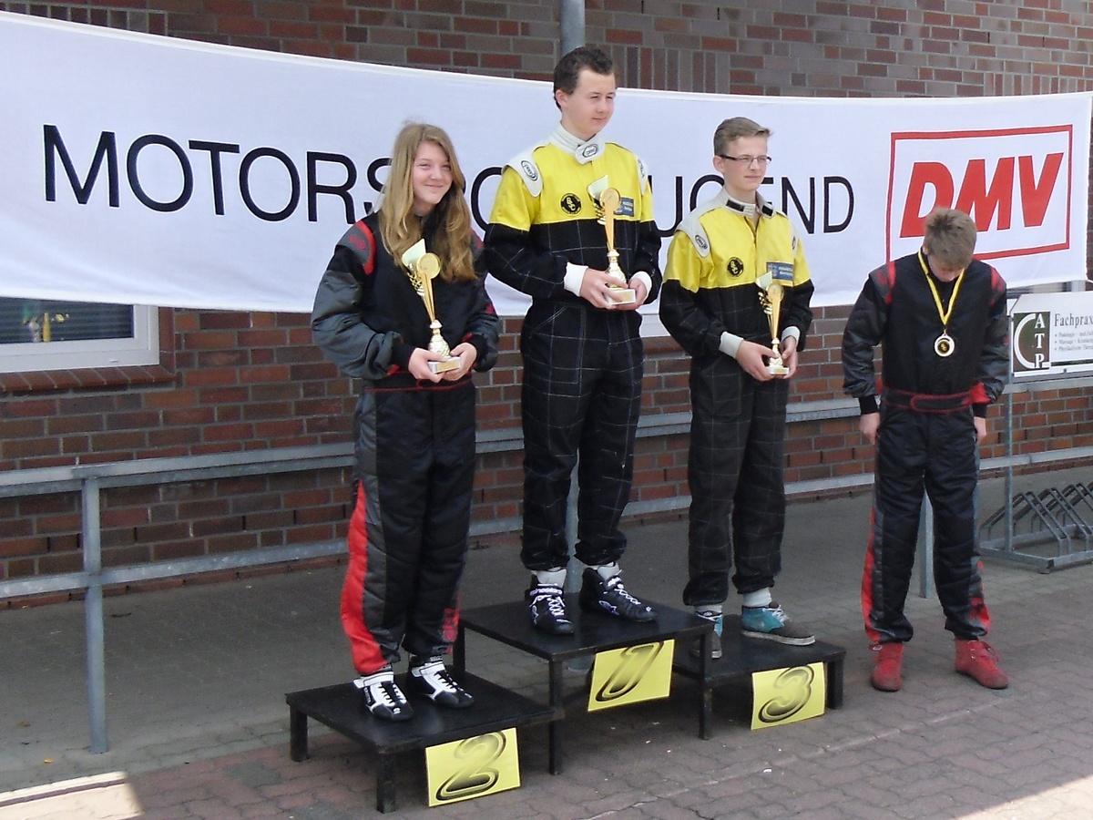 Zwei gute Platzierungen in Klasse 4 erreichten Hadelns Fahrer Janica Schlüer (li., Zweite) und David Anderson (re., Vierter)
