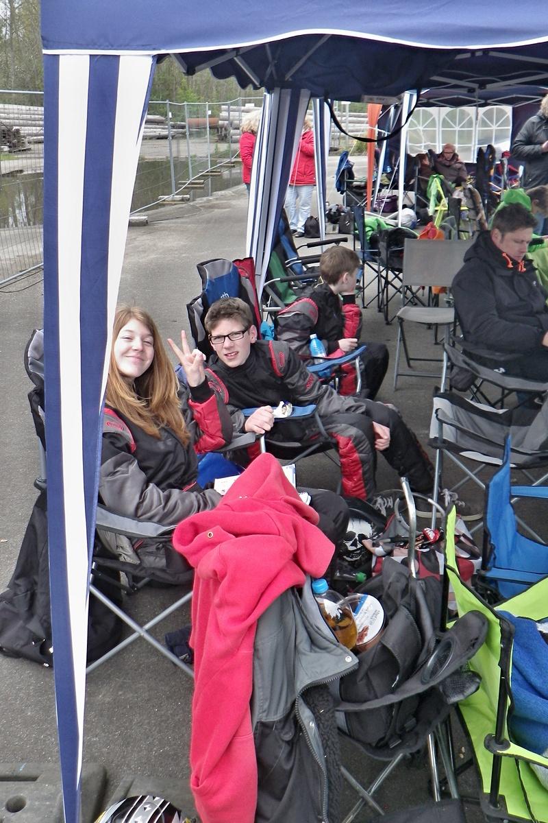 Janica grüßt aus dem Zelt, re. neben ihr Max-Jannes Drescher