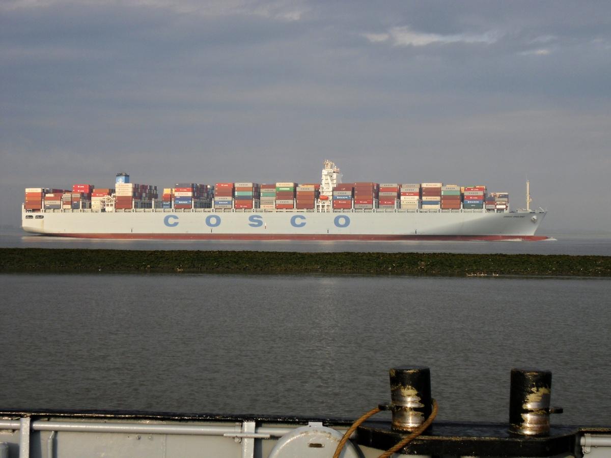 Containerfrachter auf der Elbe bei der Überfahrt