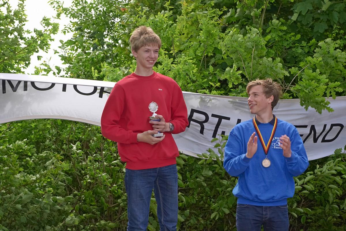 Beifall für Hadelns Nico Föge (li.) für seinen 3. Platz in Klasse 5 von Meik-Leon Strohecker (re., MC Blau Weiß Sanitz)