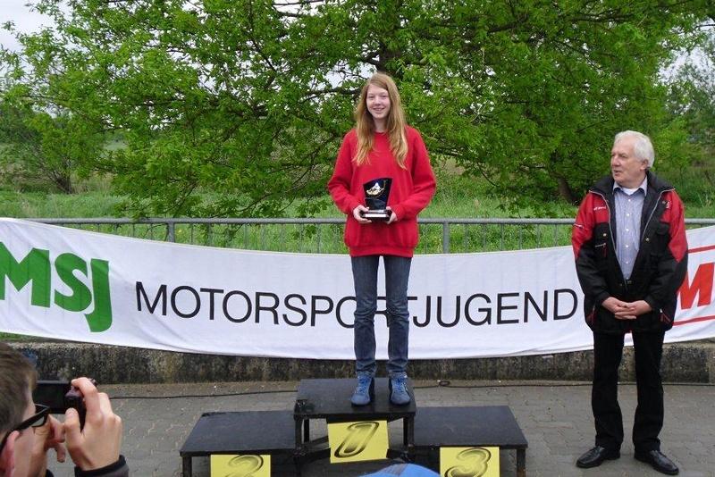 """Janica Schlüer (li.) bekam die Auszeichnung """"Tagesschnellstes Mädchen"""" in Aukrug"""