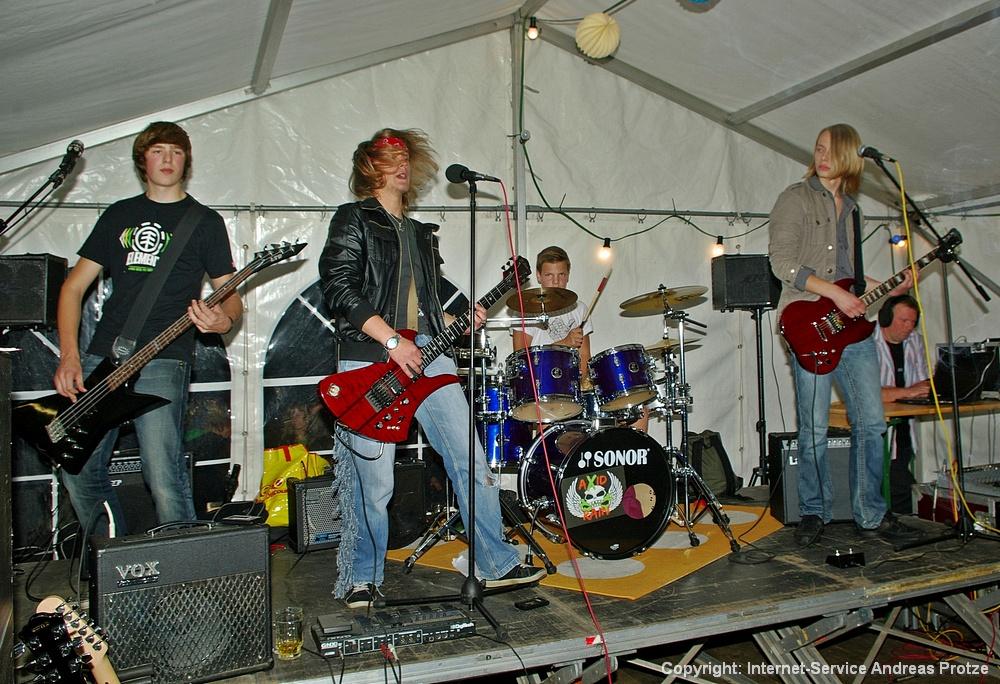 Auftritt der Hechthausener Hardrock- und Punk-Band Axid Rain, die vor allem den jüngeren Motorsportlern gut gefiel.