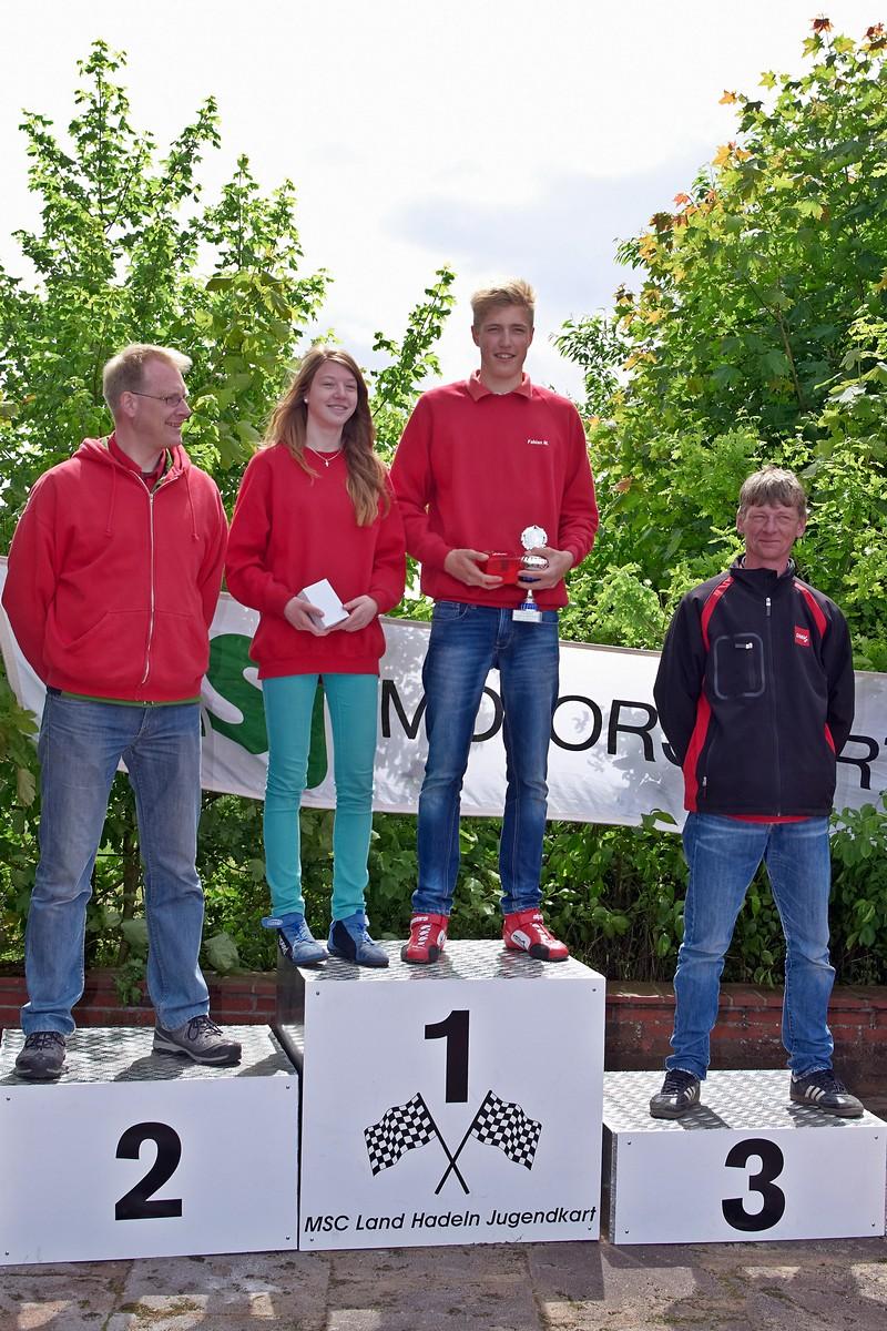 Als schnellste Kart-Slalom-Fahrer des Tages wurde bei den Mädchen Janica Schlüer ausgezeichnet, bei den Jungen Fabian Meyer, beide MSC Land Hadeln; li. daneben 1. Vorsitzender Sascha Schlüer, re. Trainer Oskar Föge