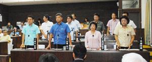 尖閣諸島の字名変更を求める決議案に起立して賛成する与党市議=25日午前、議場