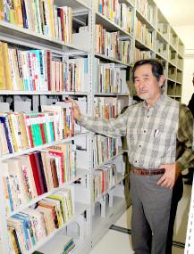 自身で集めた郷土資料を寄贈した三木健さん=12日午後、市立図書館