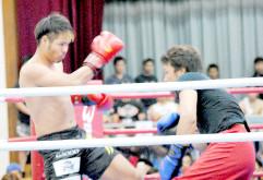 格闘技ライブの試合で激しい打ち合いを見せる廣虎(左)=29日午後、大浜公民館