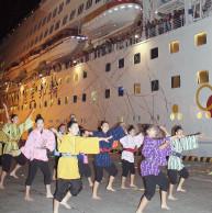 今季最終寄港したスーパースター・アクエリアス号をウィングキッズリーダーズが演舞で見送った=30日夜、石垣港