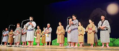 最優秀賞に輝き独唱する玉代勢秀尚さん(中央)=22日夜、市民会館大ホール