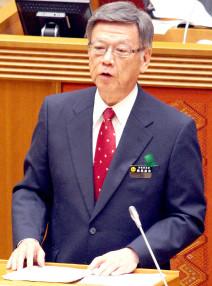 県議会代表質問で答弁する翁長知事(25日)