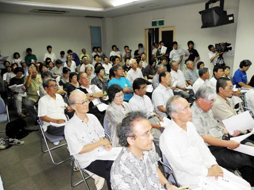 ※立ち見が出るほど会場は約120人の市民でごった返した=大浜信泉記念館=