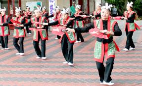 開会式アトラクションで踊る民踊愛好部会=7日午後、市民会館