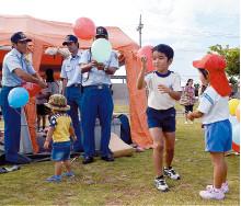 応急手当コーナーのテントで風船が配られ、子どもたちが楽しんだ=13日、真栄里公園