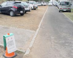 道路の違法駐車と北部国道事務所の警告=3日、名護市辺野古(写真は一部加工してあります)