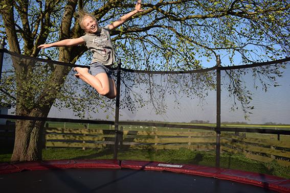 Trampolin springen auf dem Ferienhof Jacobs nahe St. Peter Ording