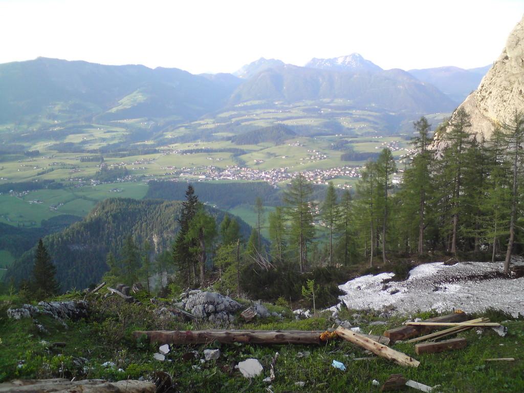 Blick auf Abtenau über einen Lawinenkegel am Tennengebirge,