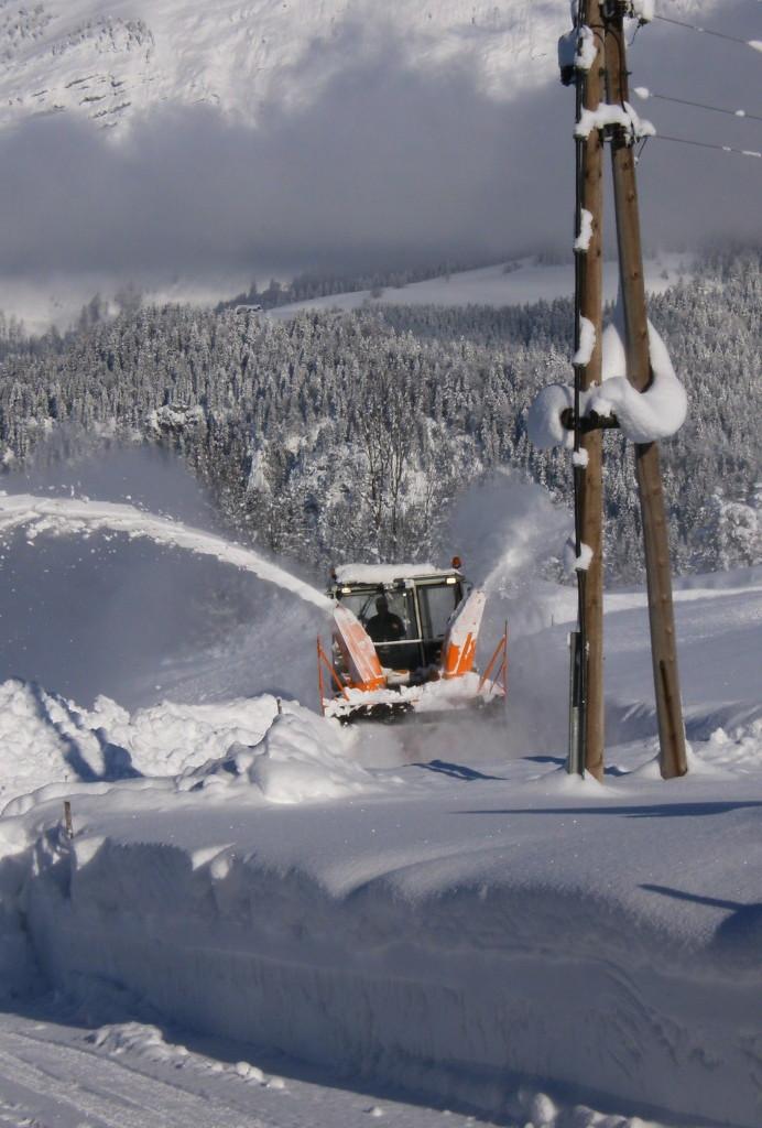 Biohof Haus Wieser, Abtenau im Schnee versunken, Schneefräse
